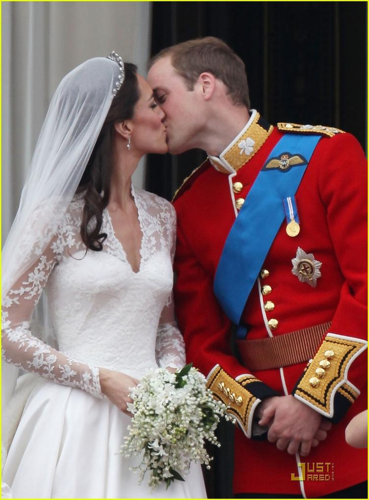 Kate Middleton and Prince William Royal Wedding First Kiss Pic