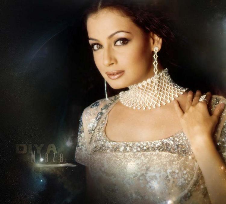 Diya Mirza Beautiful Nacklace Pic