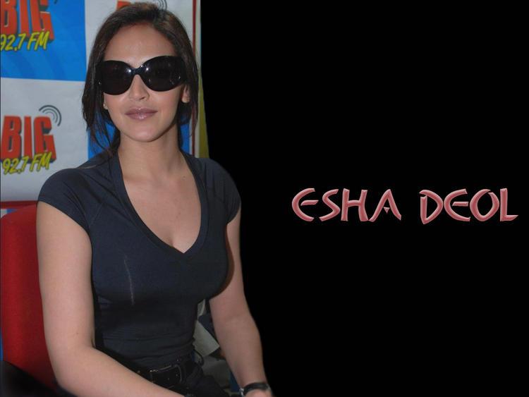 Esha Deol Wearing Goggles Wallpaper