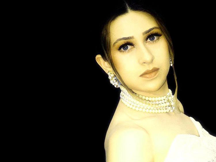 Karishma Kapoor Cute Face Hot Look Wallpaper