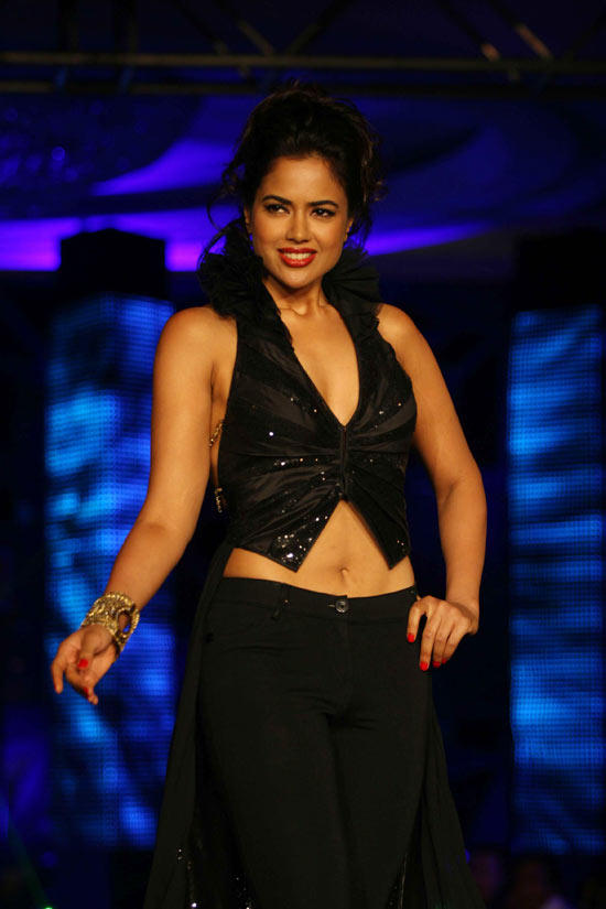 Sameera Reddy Sexy Navel Show Photo