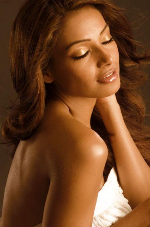 Bipasha Basu Romancing Pose Photo Shoot