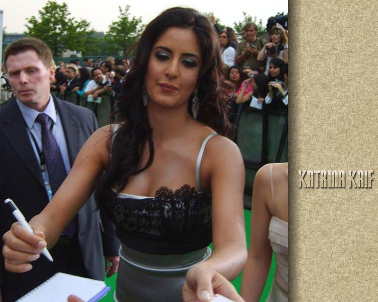 Katrina Kaif Cute Close Up Pose Wallpaper