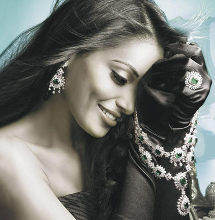 Bipasha Basu Romancing Look Photo