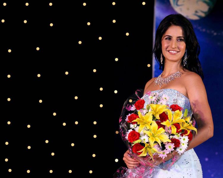 Katrina Kaif Gorgeous Wallpaper With Bouquet