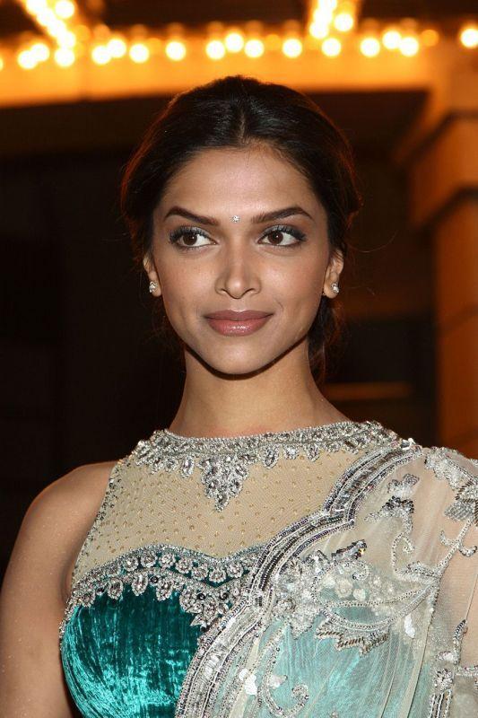 Deepika Padukone Glamour Look In Saree