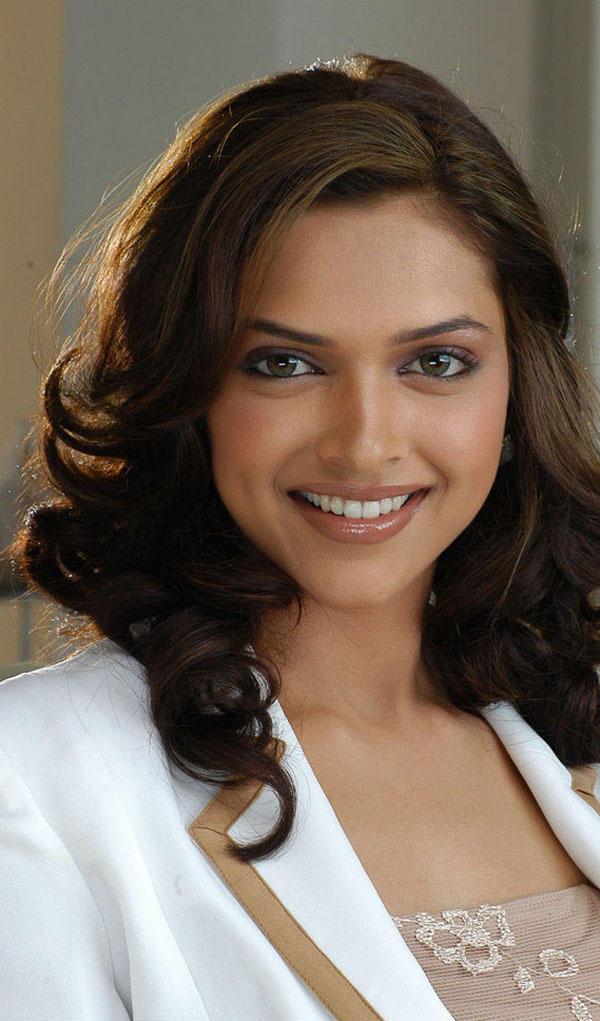 Sizzling Babe Deepika Padukone Smiling Look
