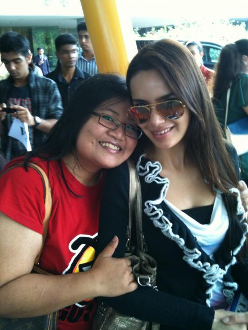 Stylist Shazahn Poses With A Fan at Singapore