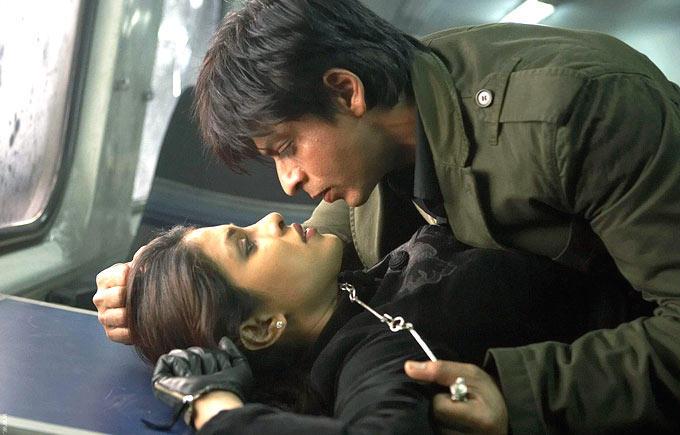 Shahrukh And Priyanka Cosy Photo Still From Movie Don 2