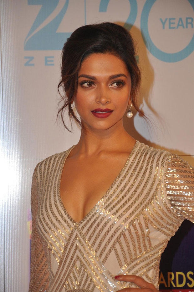 Deepika Padukone Hot Cleavage Show Photo At Zee Cine Awards 2013 Ceremony