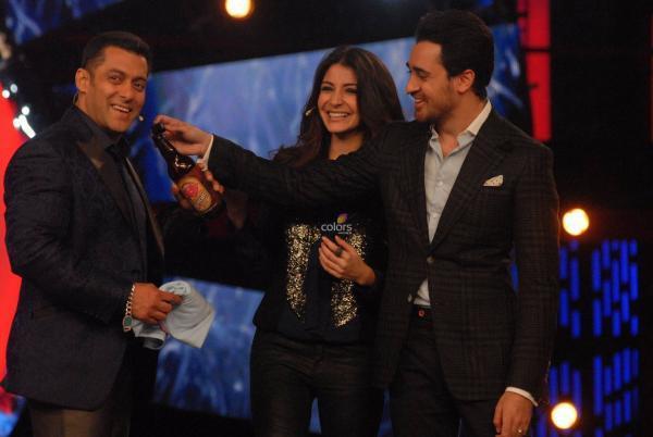 Imran Gives Salman A Bottle While Anushka Looks At Bigg Boss 6