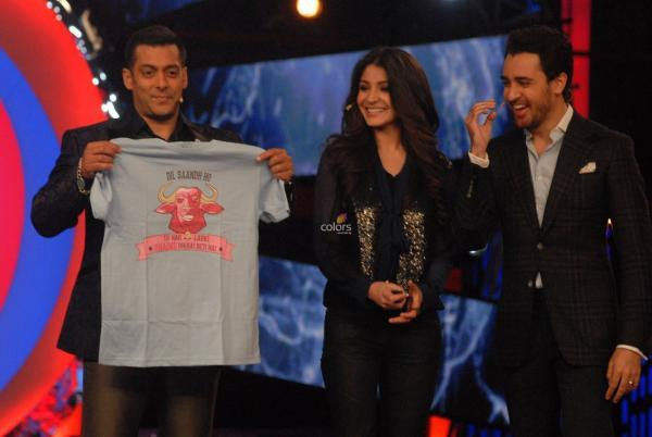 Salman Poses With A T-Shirt From Imran And Anushka On The Sets Of Bigg Boss 6