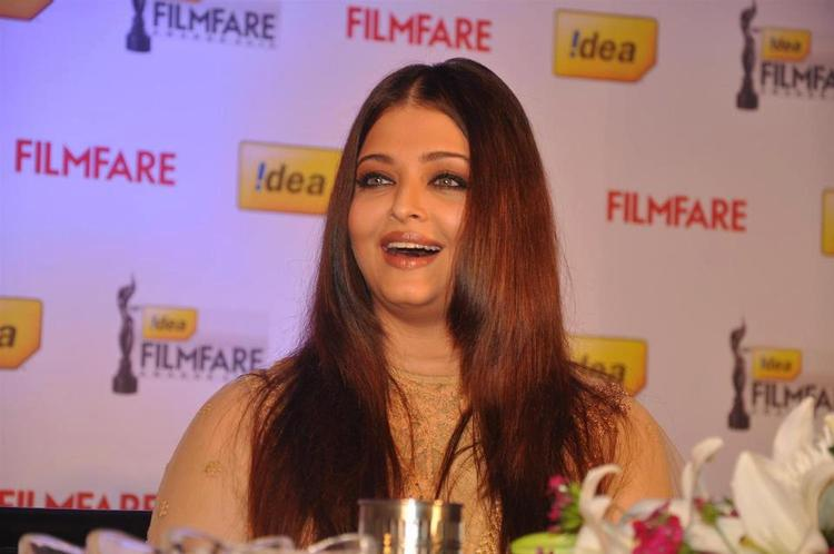 Aishwarya Cute Smiling At The Press Conference Of 58th Idea Filmfare Awards