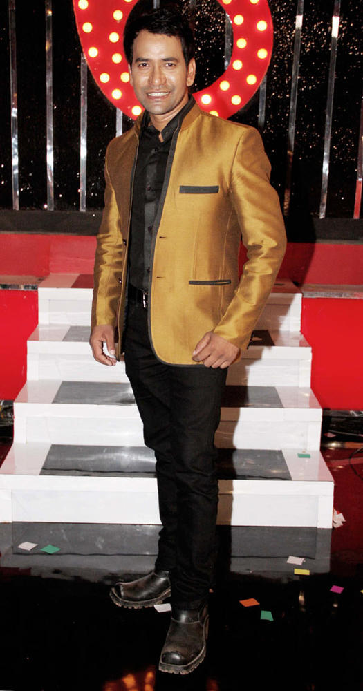 Dinesh The Bhojpuri Super Star Looked Smart In A Suit At Bigg Boss 6 Grand Finale