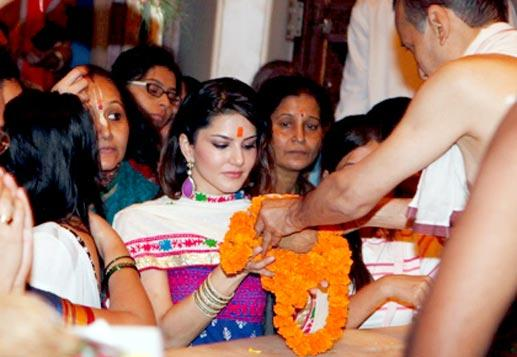 Sunny Spotted At Siddhivinayak Temple To Make A Visit
