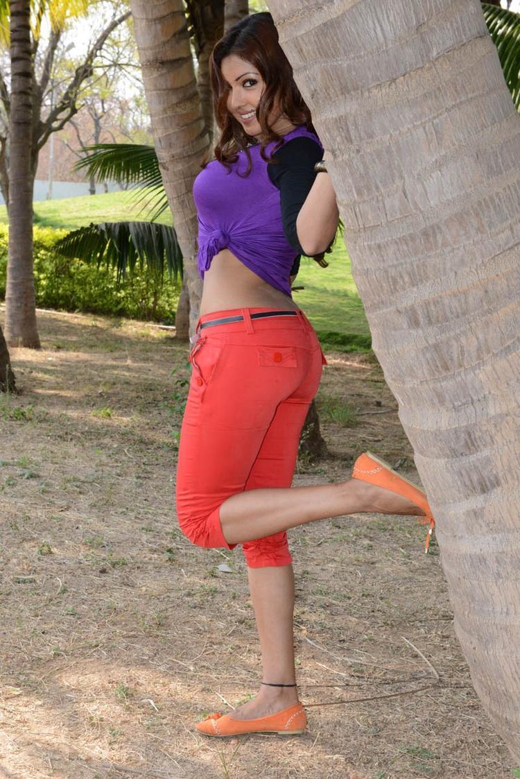 Komal Jha Glamorous Look Still From Movie Eduruleni Alexander