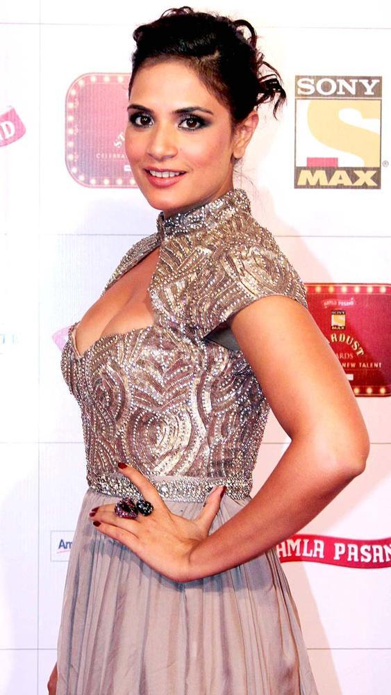 Richa Sexy Cleavage Show Pose At Stardust Awards 2013