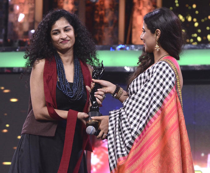 Gauri Received The Trophy From Vidya At Filmfare Awards Function