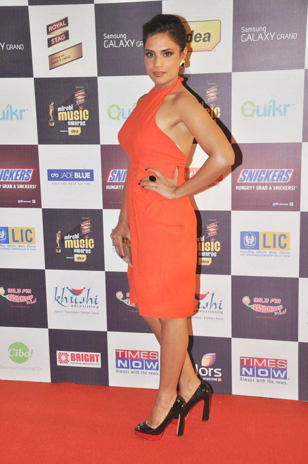 Sexy Richa Chadda Pose On Red Carpet At 5th Radio Mirchi Music Awards