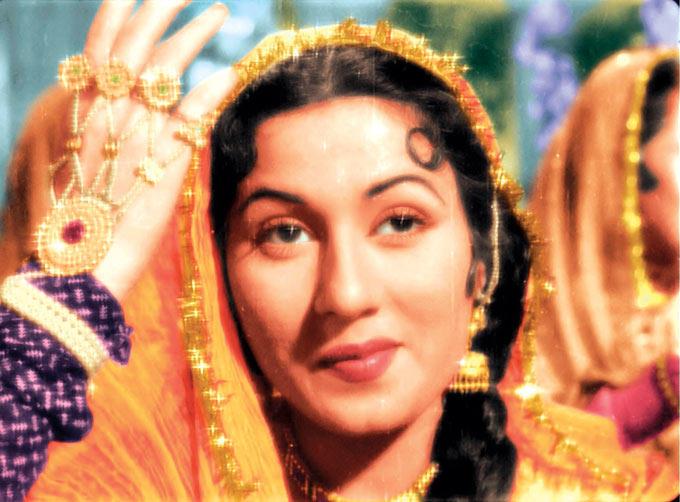 Madhubala Cute Smiling Photo In A Qabali Song From Movie Mughal E Azam