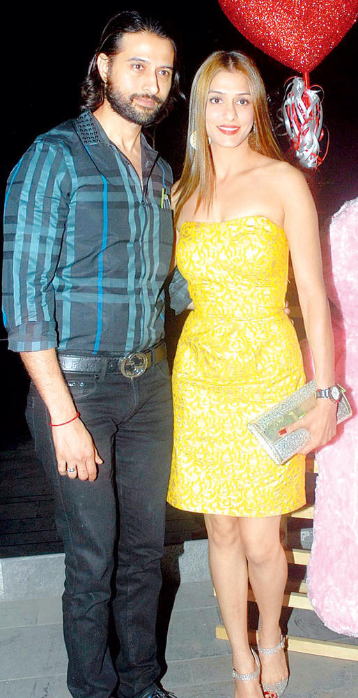 Apurva With Wife Shilpa Posed At Gehna Valentine Evening Party 2013