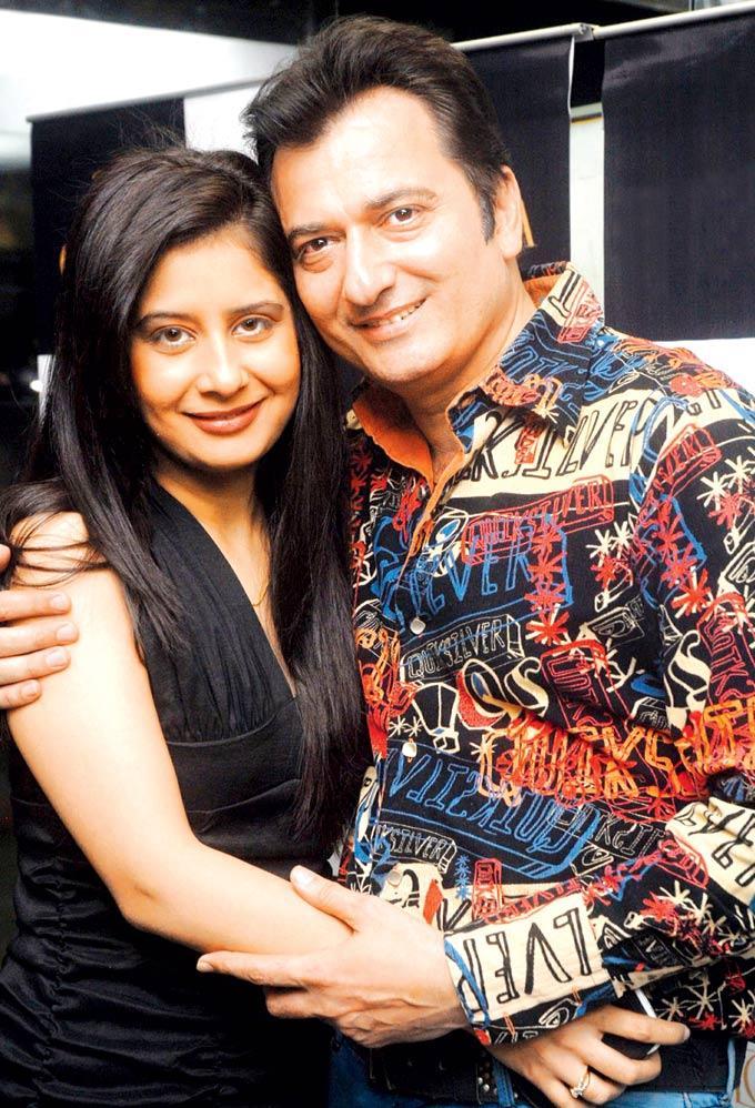 Natasha With Hubby Avinash Posed At Gehna Valentine Evening Party 2013