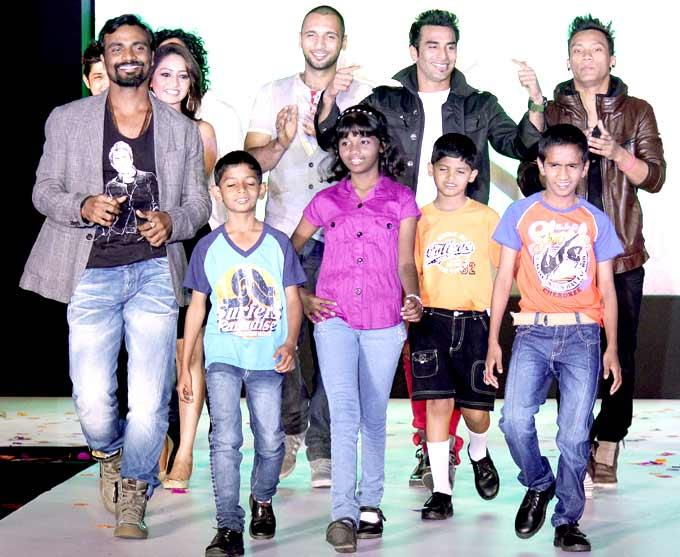Remo With The Kids On Ramp At The Smiles Foundation Fashion Show
