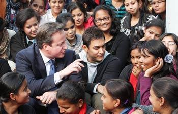 David Cameron Met Students Of Janki Devi Memorial College With Aamir Khan