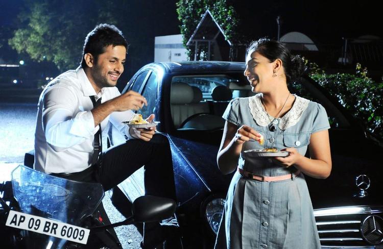 Nitin And Nithya Eating Photo Still From Movie Gunde Jaari Gallanthayyinde