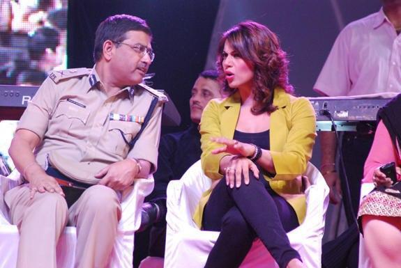 Bipasha And Commissioner Rakesh Spotted At Surat Night Half Marathon