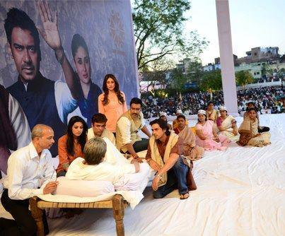 Amitabh,Ajay,Arjun,Kareena And Amrita In A Strike Scene On The Sets Of Satyagraha