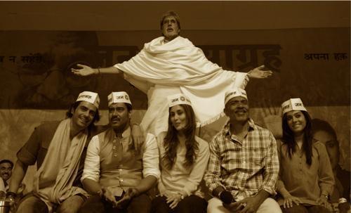 Amitabh,Ajay,Arjun,Kareena,Prakash And Amrita Smiling Photo Clicked On The Sets Of Satyagraha