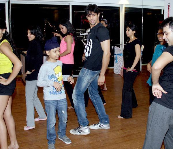 Sidharth Malhotra Nice Cool Pose At The Strut Dance Academy