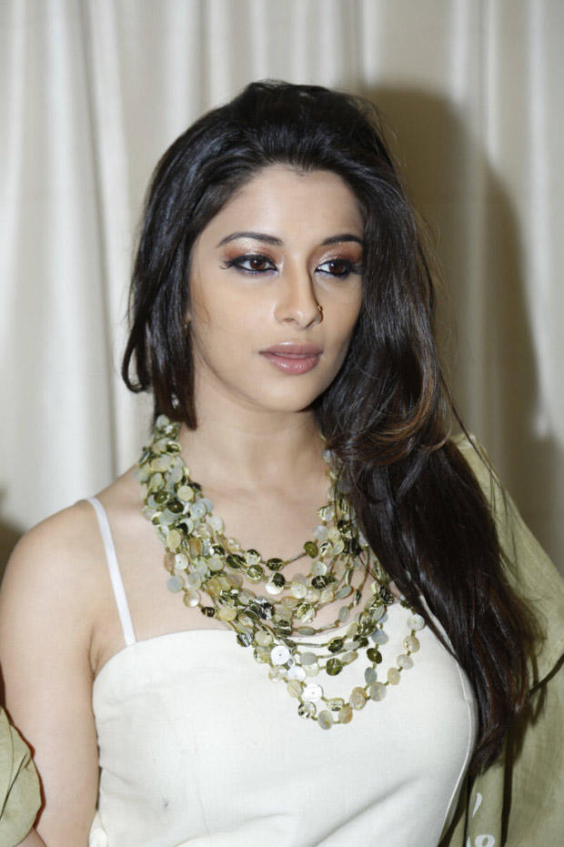 Madhurima Completed Her Look With Flowing Hair Still At Art-De Arahant Art Exhibition