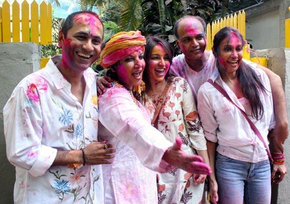 Shabana And Ashutosh With Wife Sunita Cool Smiling Pose At Shabana Azmi And Javed Akhtar Holi Celebration 2013