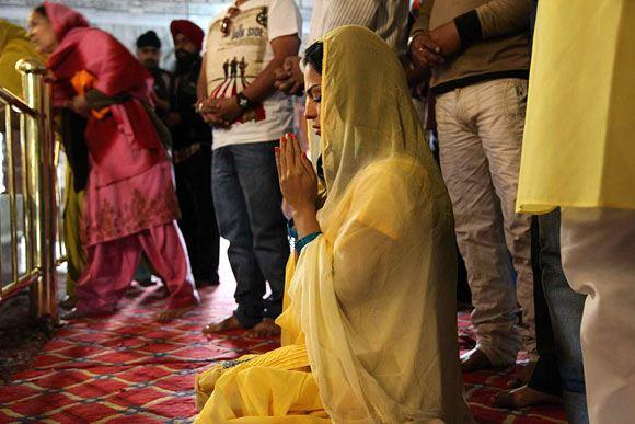 Veena Malik Offered Prayer At Gurudwara