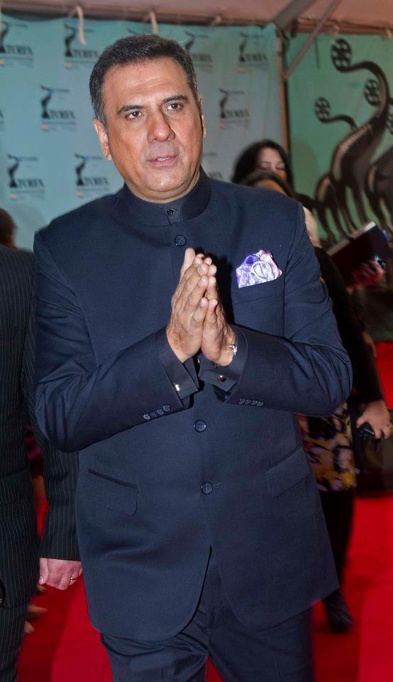 Boman Irani Greets His Fans In Red Carpet At TOIFA 2013