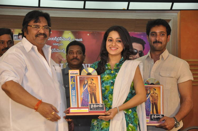 Dasari Narayana,Reshma And Uday Posed For Camera At Jai Sriram Movie Platinum Disc Function