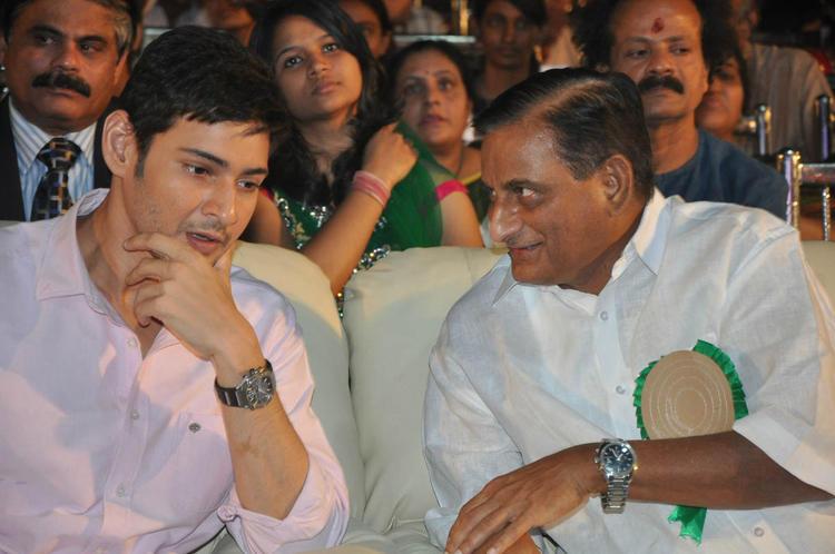 Mahesh Babu Chatting Still At Nandi Awards 2011 Function