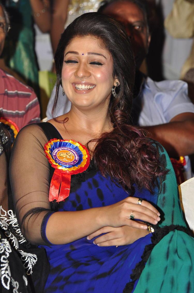 Nayanthara Cool Smiling Look At Nandi Awards 2011 Function