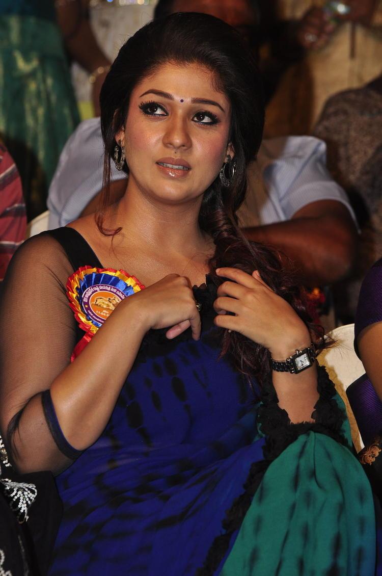 Nayanthara Sizzling In Saree At Nandi Awards 2011 Function