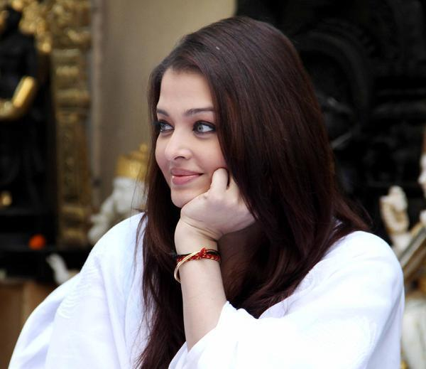 Aishwarya Rai Bachchan Beautiful Face Look At Home During The Girl Child Support Event