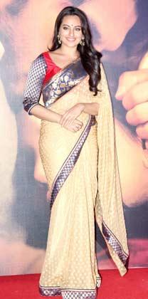 Sonakshi Sinha In Saree Glamour Look Strikes A Pose At Lootera Movie Audio Release Event