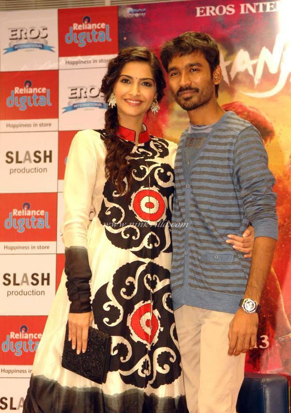 Sonam And Dhanush Posed For Camera At Reliance Retail Store While Promoting Raanjhanna Movie