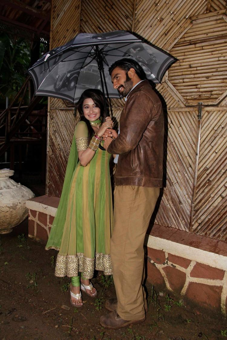 Tina And Ranveer Posed For Camera With Umbrella On The Sets Of Uttaran
