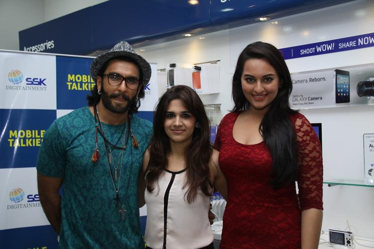 Ranveer And Sonakshi Posed At Samsung Store For Promoting Movie Lootera