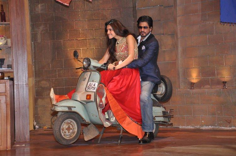 Deepika And SRK Entry With Scooter On The Sets Of Comedy Nights With Kapil
