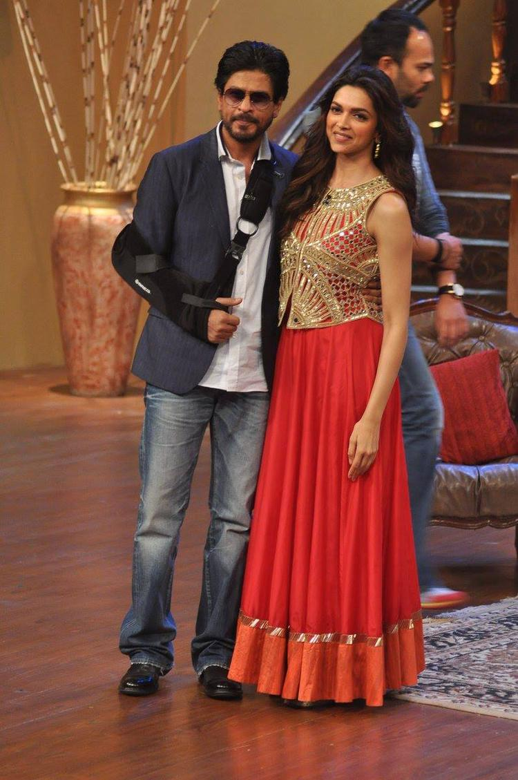 SRK And Deepika Strikes A Pose On The Sets Of Comedy Nights With Kapil