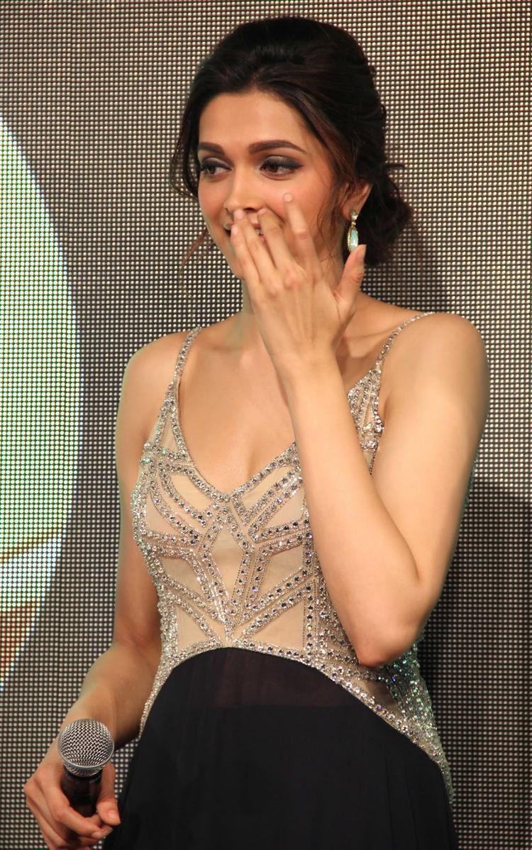Deepika Padukone Hot Sizzling Look At Chennai Express Music Launch Event