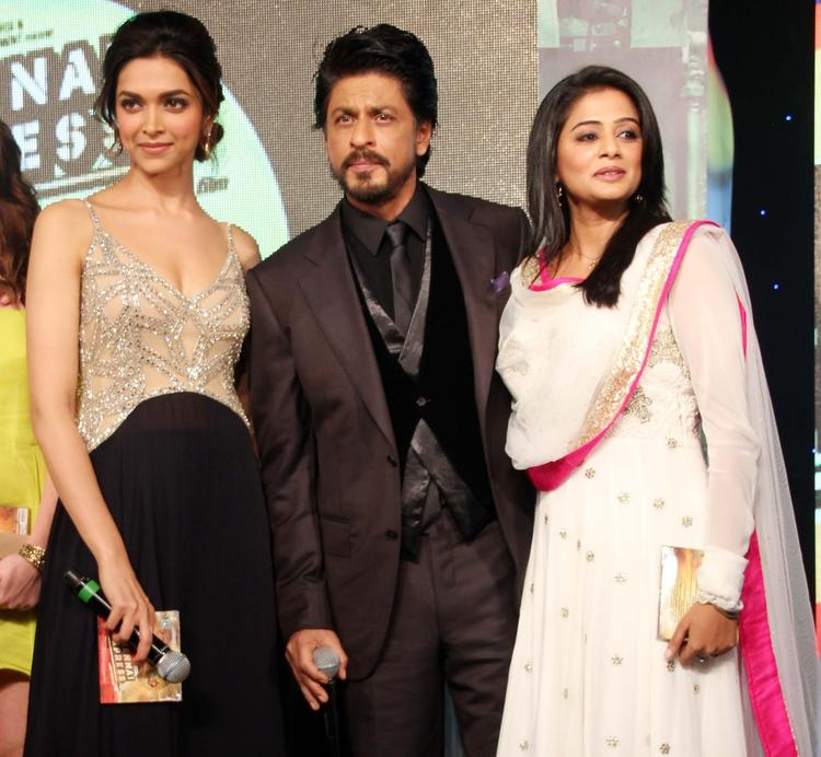 Deepika,SRK And Priyamani Posed During The Music Launch Of Chennai Express